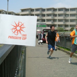沿道にはPARACUPの応援旗が。