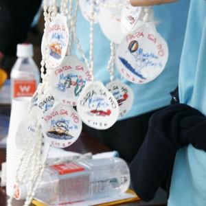参加者へはフィリピンの子どもたちが手作りした首飾り。