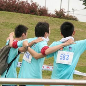 仲間と肩を組んでゴール!!