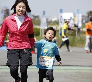 親子で走るランナーも。