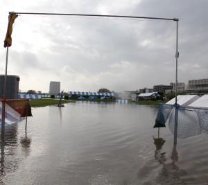 前日からの大雨によりメイン会場が冠水。
