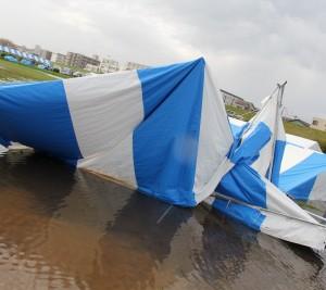 前日の強風によって壊れたテント。