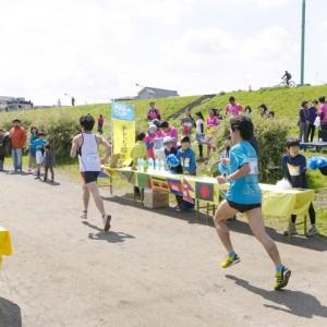 コースの途中に設置した『子ども給水所』。こちらは子どもたち中心に活動しました。